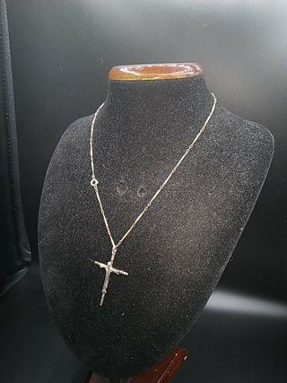 cadena de plata de diseño y cruz de diseño
