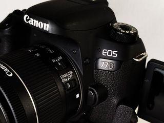 Cámara réflex Canon EOS 77D con accesorios extras