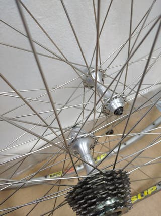 Juego de ruedas 700 con bujes Campagnolo.