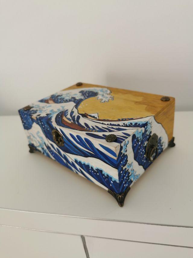 Caja de madera pintada a mano