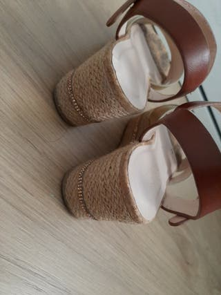 Sandalias de plataforma doradas y marrones