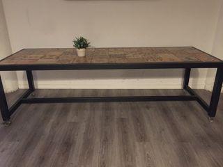 Mesa de hierro con azulejo hidráulico