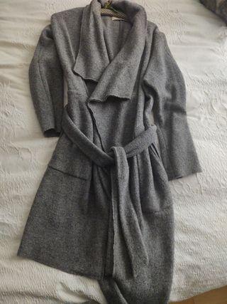 abrigo gris de lana con cinturón