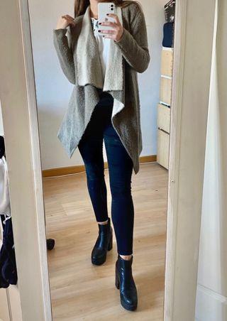 Abrigo fino color topo de Zara