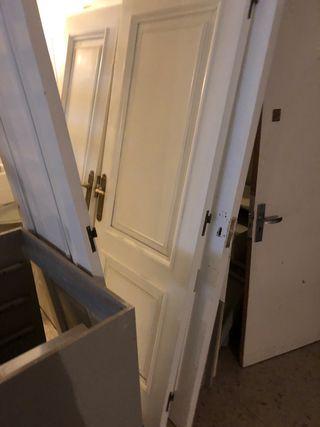 Puertas antiguas lacadas en blanco