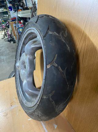 Atrás, llanta con rueda suzuki katana.