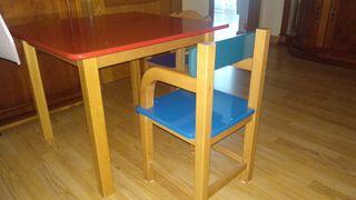 Mesa y dos sillas de madera para niños