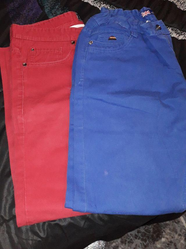 Pantalón vaquero de color.