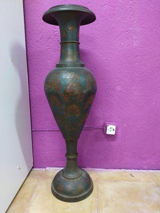 jarrón metálico de latón