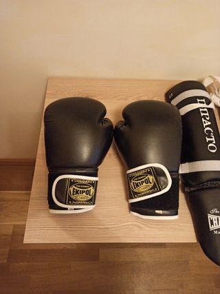 Guantes de boxeo,espinilleras y vendas nuevas.