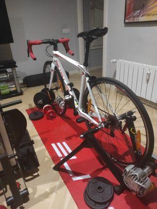 bicicleta carretera carbono con rodillo