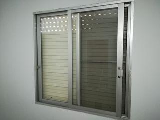 Ventanas de aluminio con cristal y mosquitera.