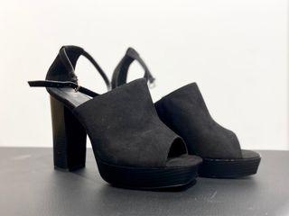 Sandalias de tacón negro de Mango