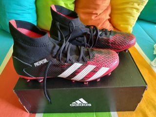Botas de fútbol Adidas Predator.
