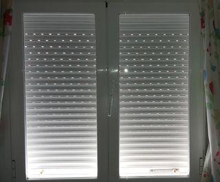 Ventana de aluminio abatible, sin persiana, solo