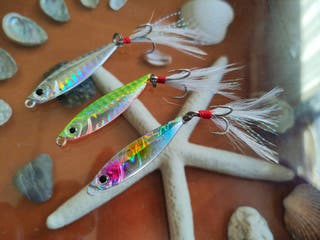 Jig Brillante Varios Colores Triple Hook con Pluma