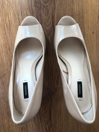 Zapatos salón peep toe color nude de Mango
