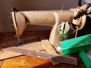 Máquina De coser SINGER con pedal.