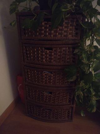 Mueble de mimbre con cajones