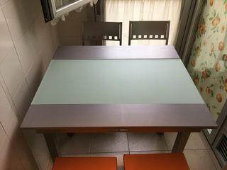 Mesa de cocina + 2 sillas + 2 taburetes