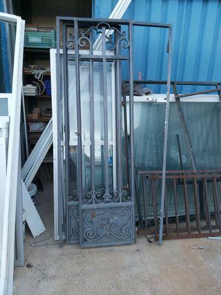 puerta hierro forjado opción con cristalera