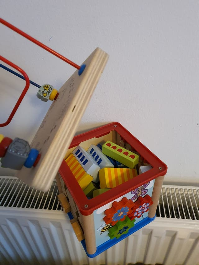 cubo de actividades y piezas de madera construccio