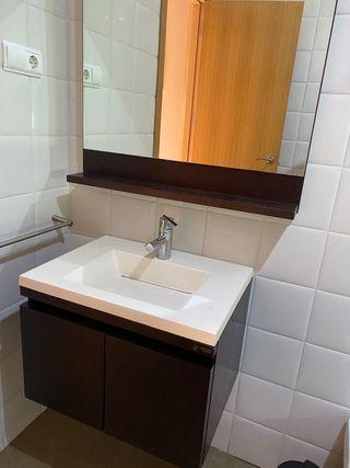 Mueble baño espejo lavabo grifo diseño