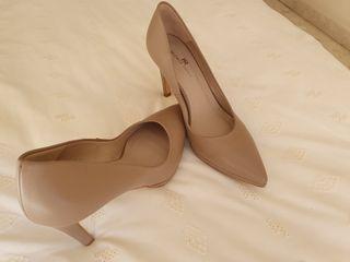 Zapato de tacón sin estrenar en piel color nude