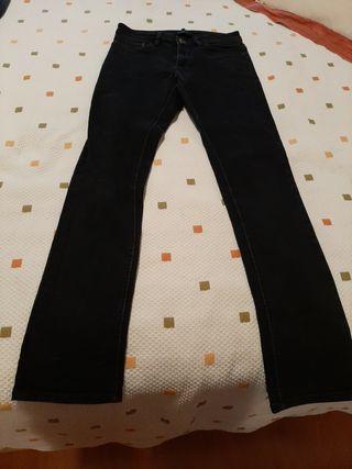 Pantalón tejano negro.