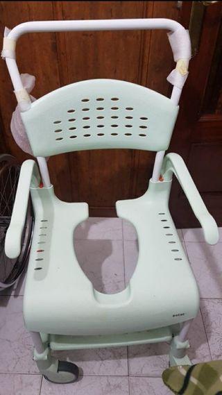 Silla con ruedas para baño