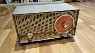 Radio antigua de válvulas. Funciona