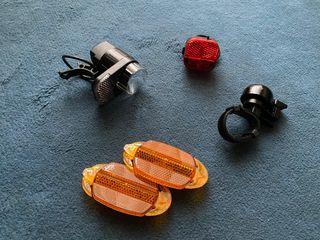 Kit de luces bici, timbre y reflectantes.
