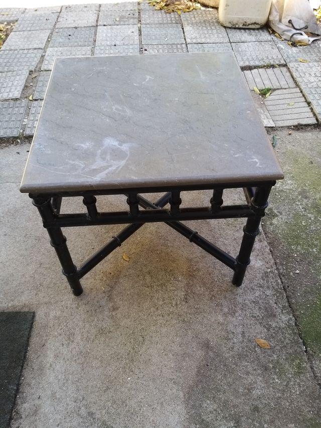 mesa de metal con marmol