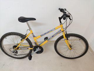 Bicicleta de montaña de chica