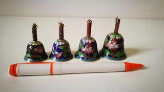 4 campanillas chinas de cloissone. Bronce latón y