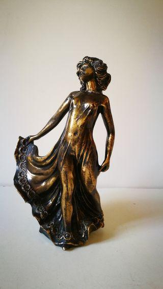 Figura de bronce o similar. Mide 28 CM óleo pint