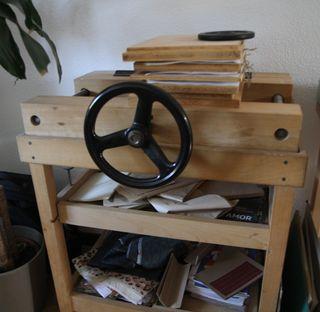 Ingenio de encuadernación, prensa y guillotina