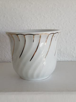 Maceta pequeña porcelana blanca.