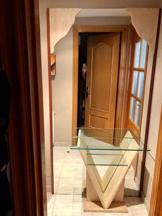 Mueble recibidor de mármol y espejo pared.