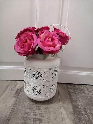Jarrón metálico con ramos rosas