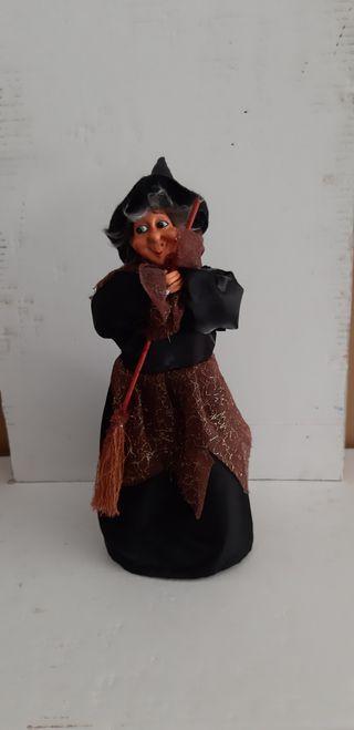 bruja con escoba resina y tela 35 cm