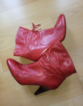 botines rojos de Guess