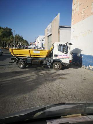 se vende camión portacontenedores con 2 contenedores