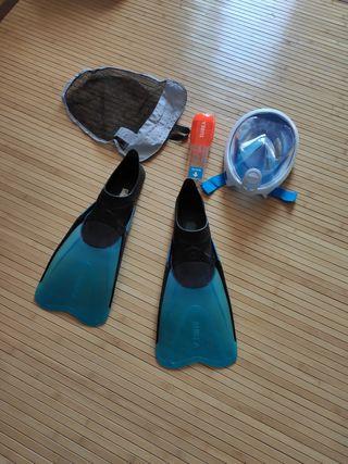 aletas y máscara de snorkel