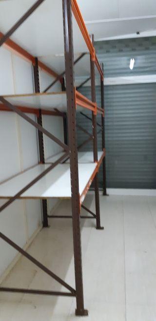 estanterias de carga con estantes