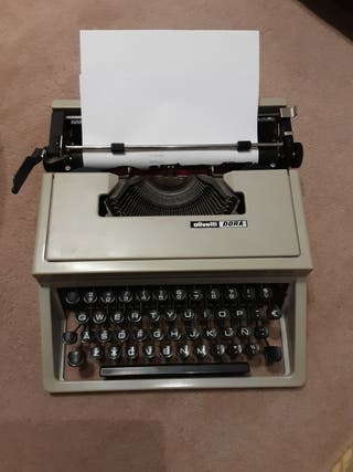 Maquina de escribir Olivetti portatil Dora.