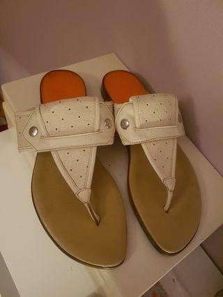 Sandalias de piel blancas.