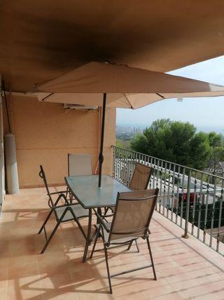 Mesa, sillas y sombrilla para terraza
