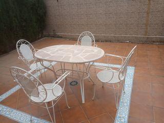 mesa y cuatro sillas de jardín