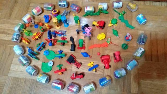 Lote de 64 juguetes de huevos sorpresa